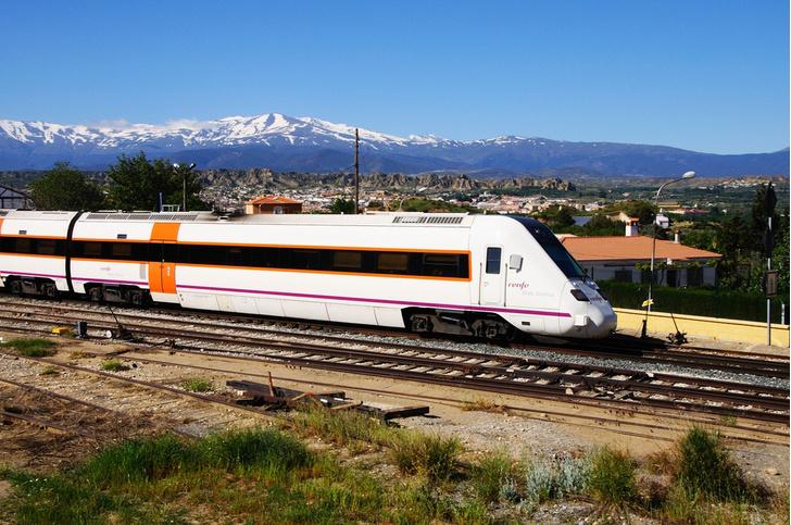 Фото №1 - В Испании машинист остановил поезд на полпути из-за окончания рабочего дня