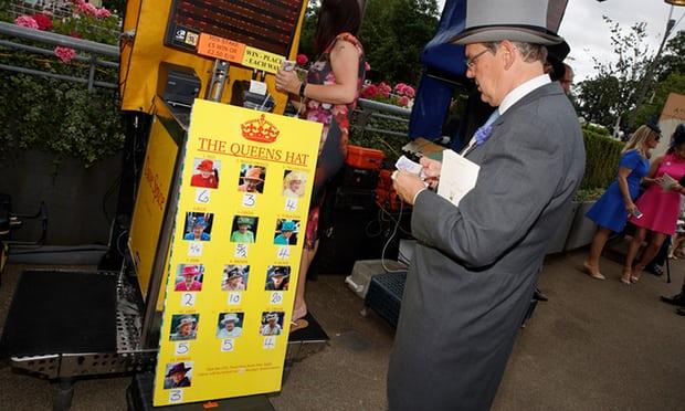Фото №2 - Делайте ставки, господа: шляпки Королевы на Royal Ascot