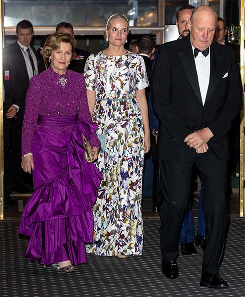 Фото №6 - Норвежские принцесса и королева показали класс в экономии на платьях