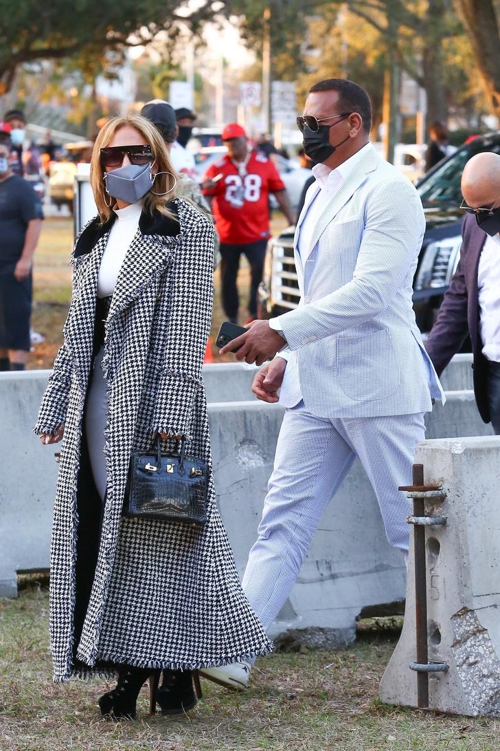 Фото №1 - В длинном пальто и на высоких каблуках: эффектное появление Дженнифер Лопес на Супербоуле