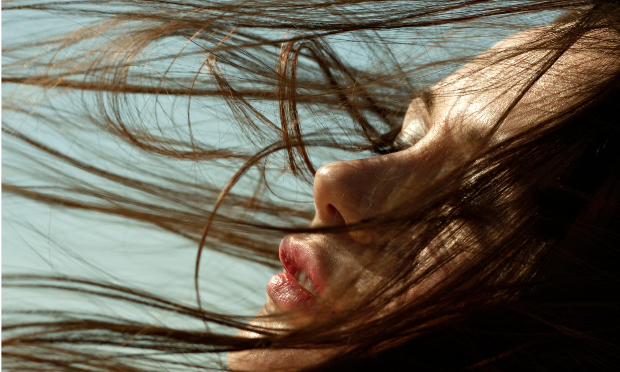 Как брюнеткам сохранить модный холодный оттенок волос