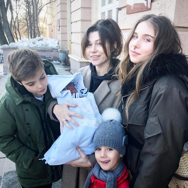 Фото №9 - «Радуйтесь, но не будьте довольны»: история известной столичной бизнесвумен, которая после двух разводов вышла замуж с тремя детьми