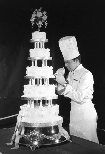 Фото №13 - Сладко: свадебные торты на королевских свадьбах
