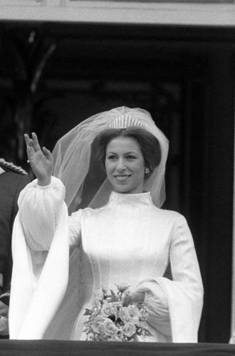 Фото №30 - Какую тиару Елизавета II одолжит Меган Маркл на свадьбу: делаем ставки