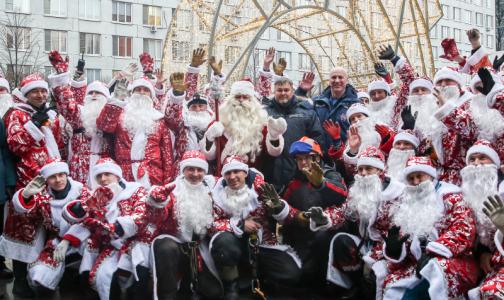 Фото №1 - Почти сотня спасателей в костюмах Дедов Морозов поздравили маленьких пациентов