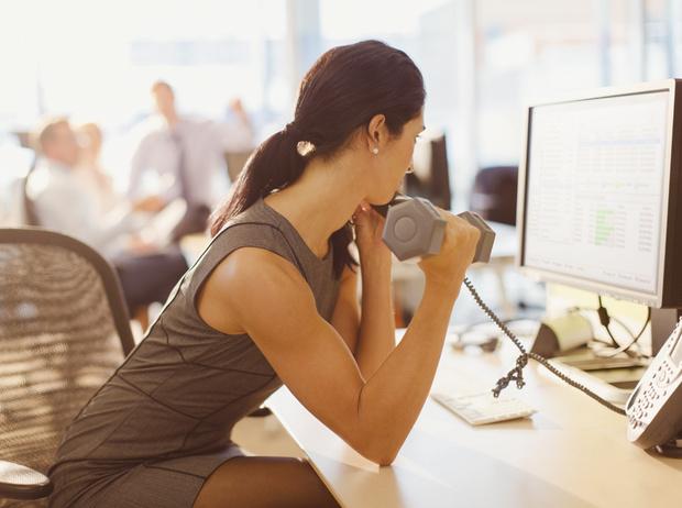Фото №1 - 5 упражнений, которые можно делать в офисном кресле (или рядом с ним)