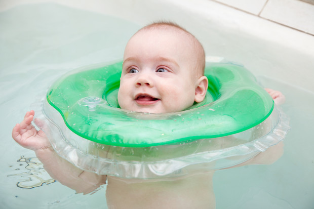 купание младенца, круг для младенцев на шею с какого возраста, круг для младенцев