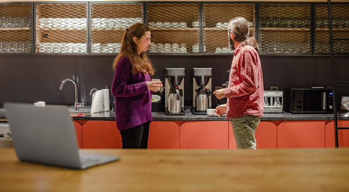 «Долить воды или нет?»: в британском офисе разгорелась ссора из-за... чая