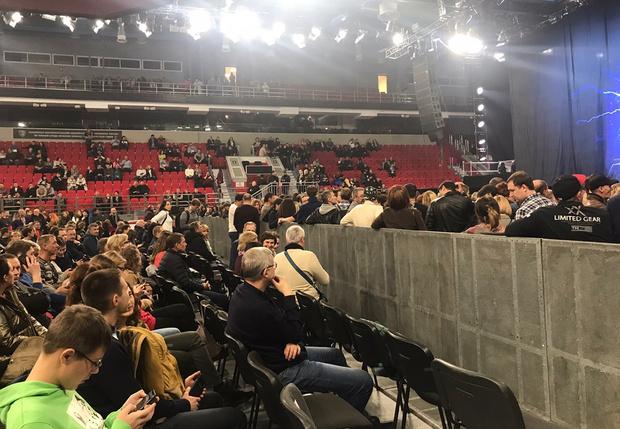 Фото №1 - В Екатеринбурге зрители заплатили за VIP-места на концерт Scorpions, а их посадили лицом к стенке (фото)