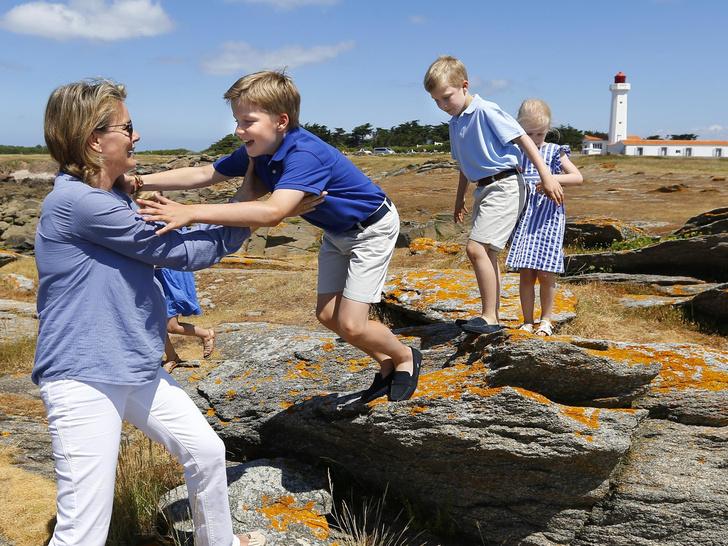 Фото №18 - Самые трогательные фото королевских мам с детьми