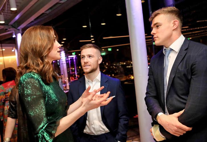 Фото №3 - Кейт Миддлтон пришла в бар в вечернем платье за 130 тысяч