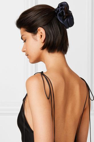 Фото №31 - Заколки, ободки и резинки: самые модные украшения для волос нового сезона