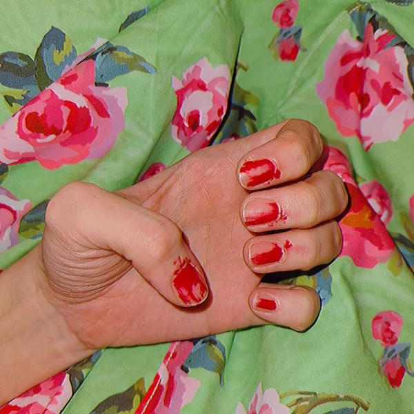 Фото №1 - Смазался лак на ногтях? Ну и супер— теперь ты в тренде! 😎