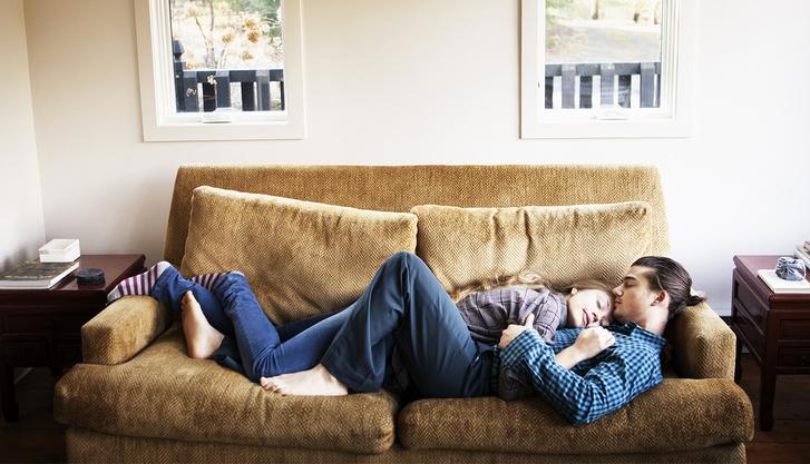 Фото №7 - Самые популярные позы для сидения на диване с девушкой и что они значат
