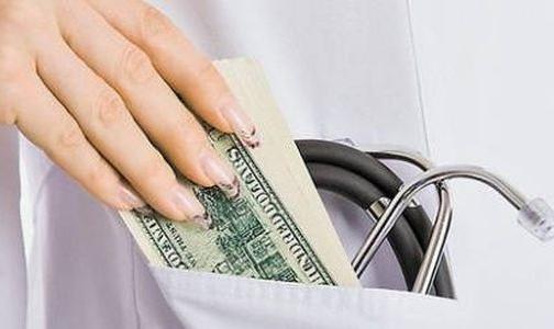 Фото №1 - Россияне считают нормальным благодарить врача деньгами и конфетами