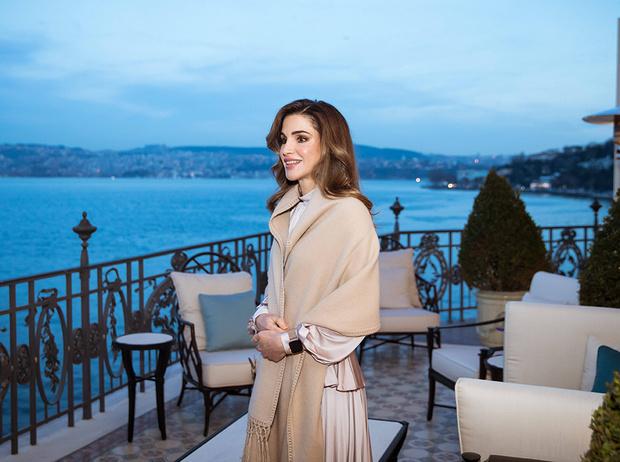 Фото №1 - Как королева Рания выбирает наряды (и почему она так редко говорит о моде)