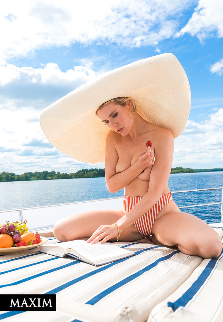 Фото №5 - С бала на корабль! Фотосессия актрисы Виктории Масловой для MAXIM