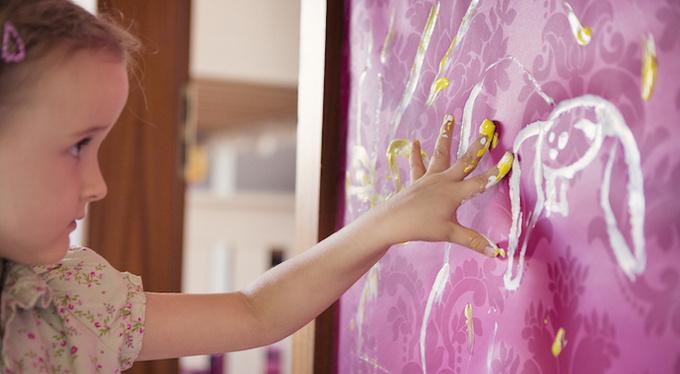 Ребенок рисует на обоях: что делать родителям