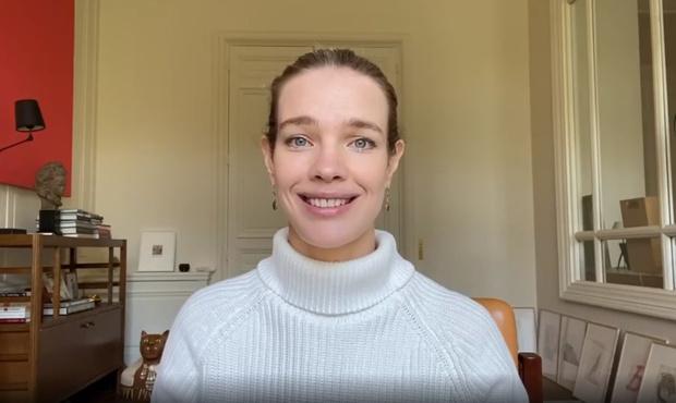 Фото №1 - «Этому у вас могут поучиться отличники»: Наталья Водянова записала обращение к выпускникам-двоечникам (видео)