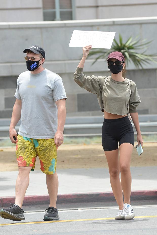 Фото №2 - Велосипедки + топ цвета хаки: Эмили Ратаковски с мужем в Лос-Анджелесе