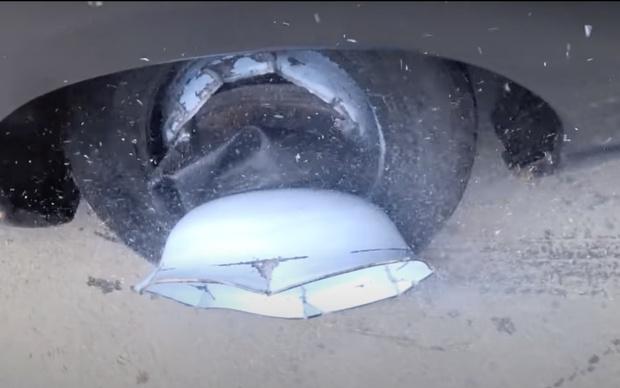 Фото №1 - Русские умельцы поставили автомобилю диск из тазиков для стирки, но далеко на нем не уехали (видео)