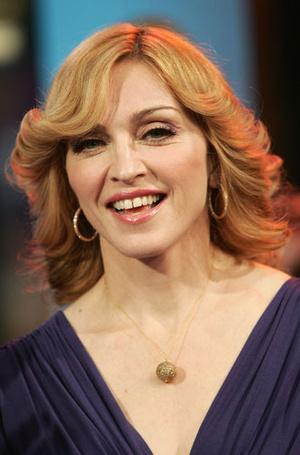 Фото №3 - От Шер до Мадонны: как носить серьги-кольца из 70-х