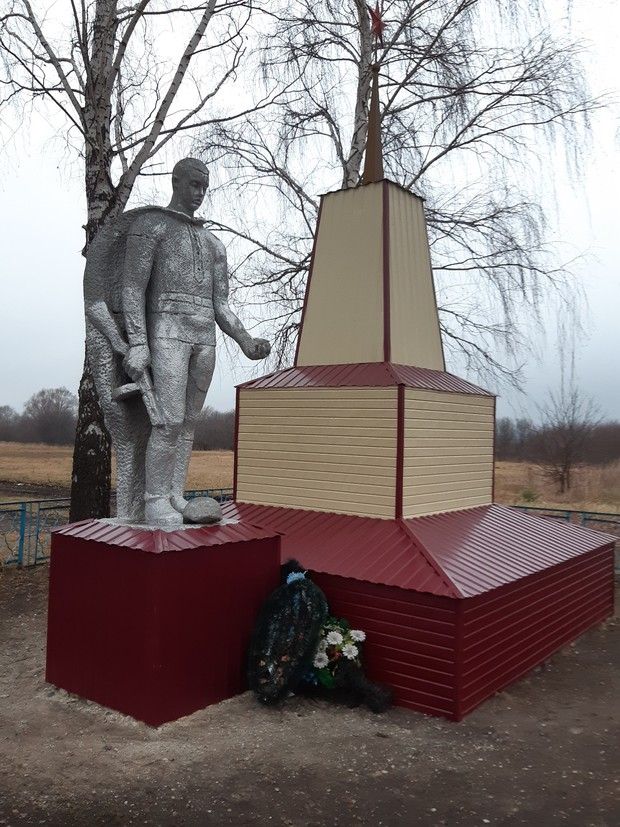 Фото №3 - В Мордовии памятник погибшим в Великой Отечественной войне отреставрировали сайдингом, но после негодования жителей обещали все переделать (фото)