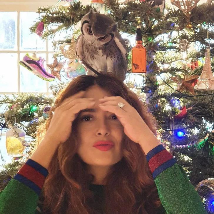 Фото №2 - Это очень странно: Сальма Хайек часто медитирует с живой совой на голове