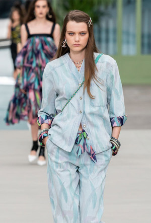 Фото №19 - Как носить шелковые платки: 10 самых простых и стильных способов