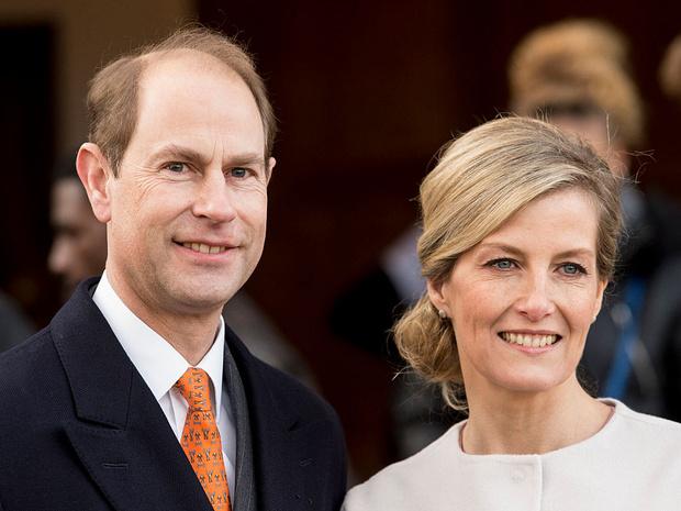 Фото №1 - Особый случай: почему младший сын Королевы и ее «любимая невестка» могут покинуть Лондон