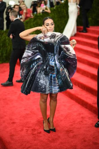 Фото №20 - Модные мученицы: самые неудобные платья звезд