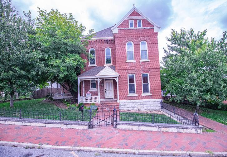 Фото №1 - В США продают огромный красивый дом за смешную цену, но, судя по фото, с ним что-то не так