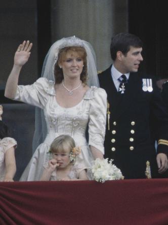 Фото №5 - От Елизаветы до Летиции: секретные детали свадебных платьев принцесс и герцогинь