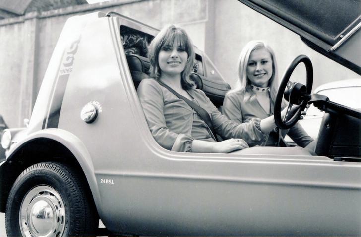 Фото №1 - Эпицентр автомобильного сексизма— британский микрокар, который пытались продавать с помощью манекенщиц