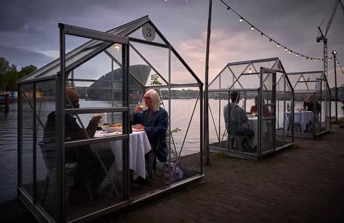 Фото №5 - 10 ресторанов, придумавших остроумные способы заставить посетителей соблюдать дистанцию