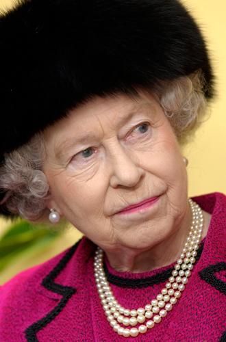 Фото №8 - Какое украшение Елизавета II носит практически постоянно (но вы не замечали)