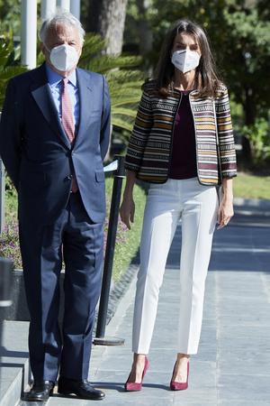 Фото №1 - Жакет Zara + белые брюки и бархатные лодочки: идеальный образ королевы Летиции для долгих прогулок