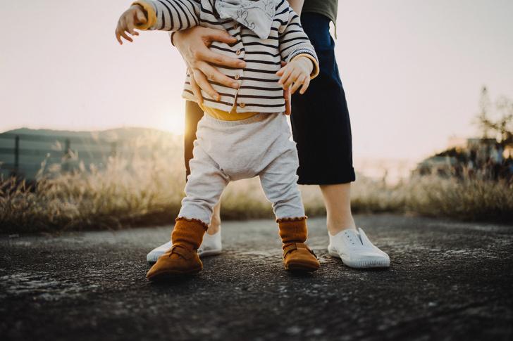 малыш делает первые шаги, выбираем обувь