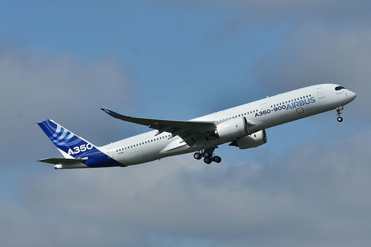 Фото №1 - Новый самолет Airbus A350 совершил первый полет с пассажирами