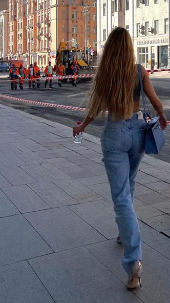 Фото №3 - «Парень сзади в шоке»: Боня прогулялась по Москве в одном лифчике