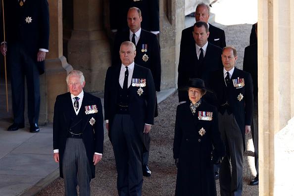 Фото №3 - Разделительная полоса: первые фото принца Уильяма и Гарри на похоронах дедушки