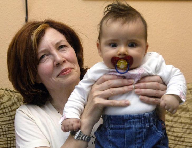Фото №1 - Как живет женщина, родившая четверню в 65 лет