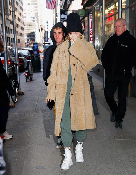 Фото №4 - Что носить зимой: модные образы от селебов