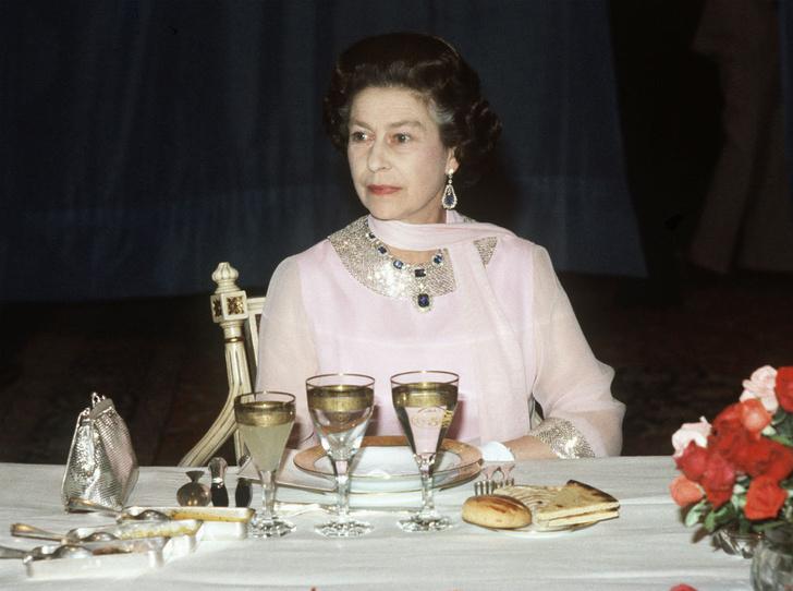Фото №4 - Обед во дворце: что можно и нельзя делать во время трапезы с Королевой