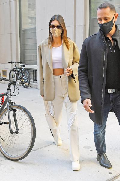 Фото №2 - Хочешь пойти на выпускной в кроссовках и джинсах? Тогда лови 7 стильных образов от Кендалл Дженнер!