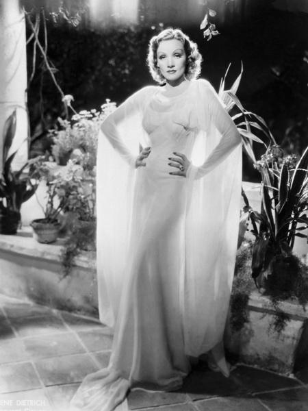 Фото №3 - 22 самых красивых белых платья всех времен
