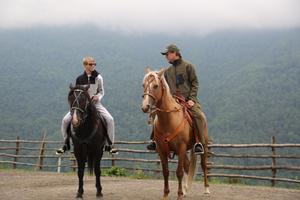 Руслан Байсаров с сыном Дени на конной прогулке