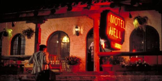 Фото №2 - Топ-10 самых жутких отелей из хоррор-фильмов 😱