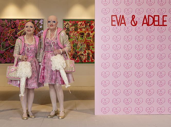 Ева и Адель рядом с их живописными работами