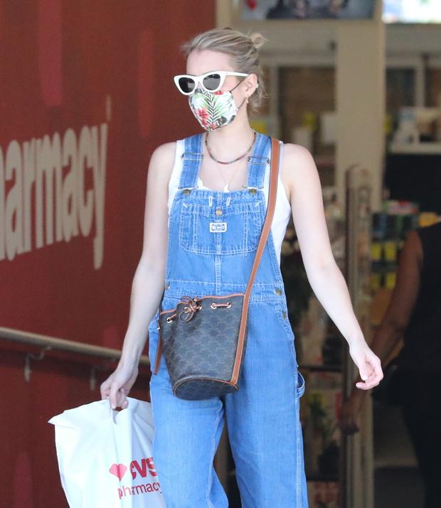 Фото №2 - Этим летом всем нам нужен джинсовый комбинезон как у Эммы Робертс. Собрали 10 стильных вариантов из денима и не только